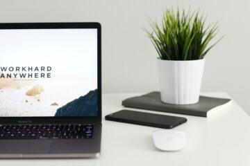 ordinateur sur un bureau blanc